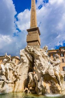 イタリア、ローマのナヴォーナ広場にあるフォンタナデイクアトロフィウミ、1651年にベルニーニによって設計されました