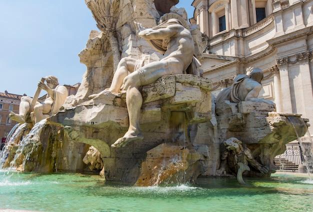 Fontana dei quattro fiumi、ローマのナヴォーナ広場。ナヴォーナ広場は、欧州連合で3番目に訪問者の多い都市であるローマで人気のある目的地です。