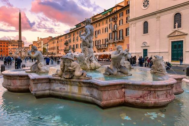 Фонтана дель моро на площади пьяцца навона в рим италии