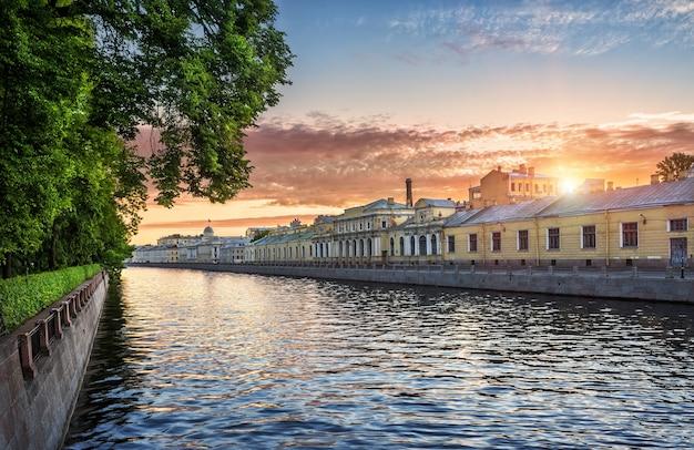 Река фонтанка на рассвете в санкт-петербурге