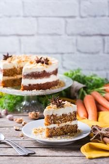 Концепция еды и напитков. здоровый домашний морковный пирог с грецкими орехами, орехами и специями на деревенском кухонном столе. пасхальный десерт
