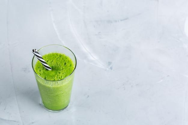 Еда и напитки, здоровая диета и питание, образ жизни, веганский, щелочной, вегетарианский концепции. зеленый коктейль с органическими ингредиентами, овощами на современном кухонном столе. скопируйте космический фон