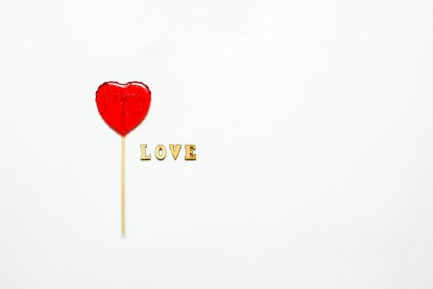 음식과 음료, 휴일 개념. 심장 모양의 흰색 배경으로 사랑 발렌타인 데이 대 한 롤리팝. 공간 복사