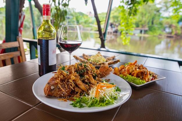 ウォーターフロントのレストランのテーブルでの食べ物や飲み物