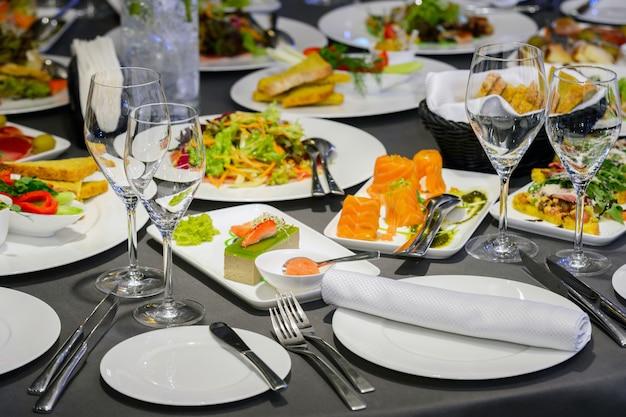 Еда и суши на тарелках в ресторане