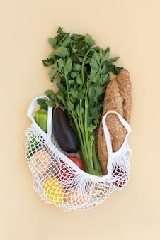Disposizione del cibo in un sacchetto riutilizzabile