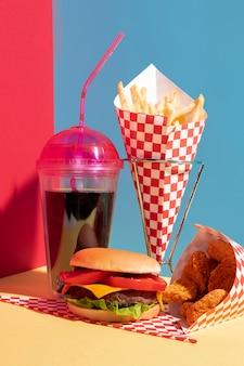 Ассортимент еды с чашкой сока и наггетсами