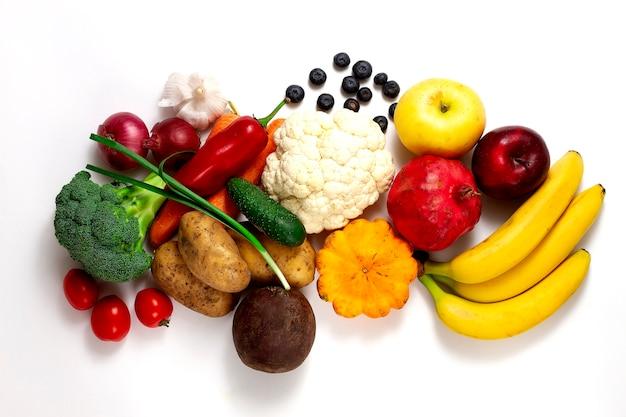 製品の食品のassrtment、テーブルの上の新鮮な野菜、上からの眺め、。白い背景、人なし、