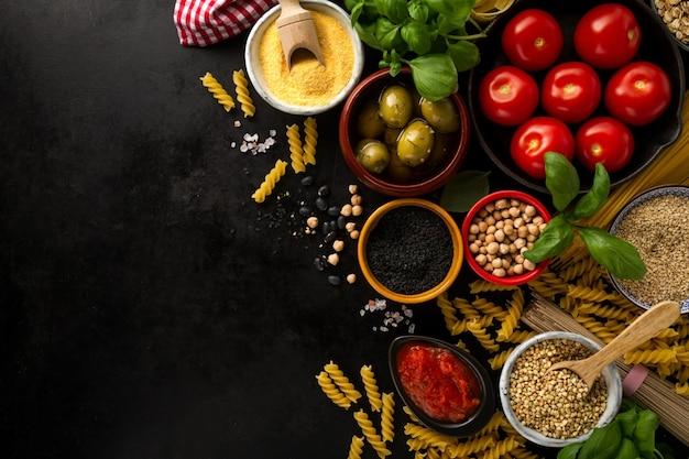 Продовольственная фон концепция питания с различными вкусными свежими ингредиентами для приготовления пищи. итальянские пищевые ингредиенты. вид сверху с пространством копирования.