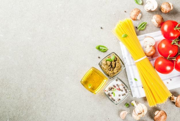 夕食を調理するための食品背景食材。パスタスパゲッティ野菜ソースとスパイスの灰色の石の背景