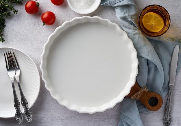 Еда фон макет с круглой формы для выпечки фарфоровая форма на пастельно-нейтральный серый бетон