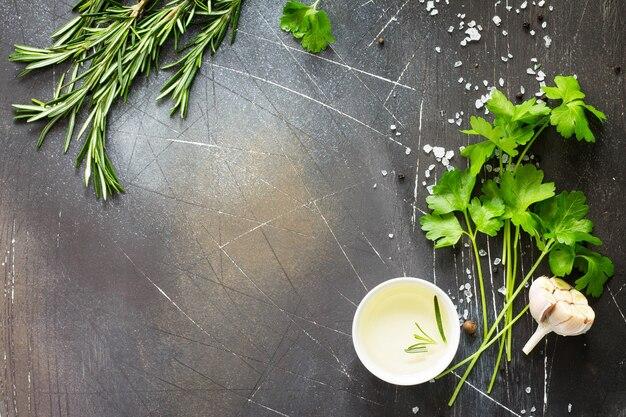 Еда фон петрушка и розмарин на темном каменном столе копирование пространства вид сверху плоская планировка