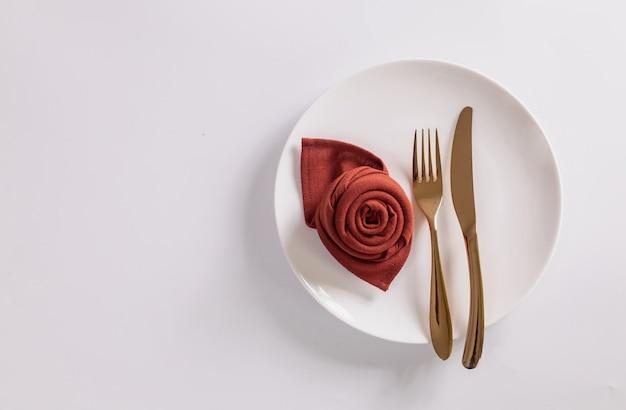 음식 배경입니다. 흰색 빈 접시, 칼 붙이, 냅킨 흰색 배경. 상위 뷰, flatlay, copyspace입니다.
