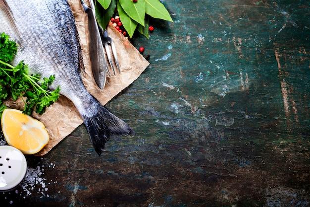 Еда фон с рыбой и вином