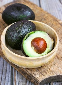 신선한 유기농 아보카도와 음식 배경