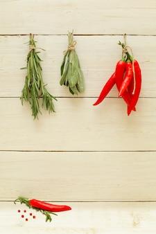 유기농 허브와 향신료와 음식 배경