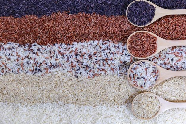 나무로되는 숟가락에 쌀의 5 행의 평면도와 음식 배경.