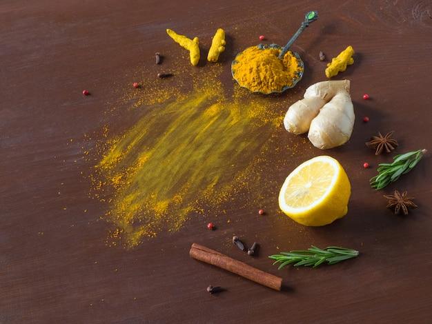 ウコン、シナモン、生姜、レモン、コショウと食品の背景。抗ウイルス感染の予防