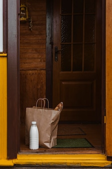 Мешок для еды и бутылка молока на коврике