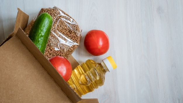Продовольственная коробка на деревянном фоне