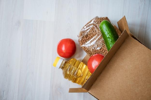 나무 배경에 음식 상자