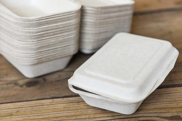 Коробки для еды на вынос, одноразовые экологически чистые упаковочные контейнеры на деревянном столе дома