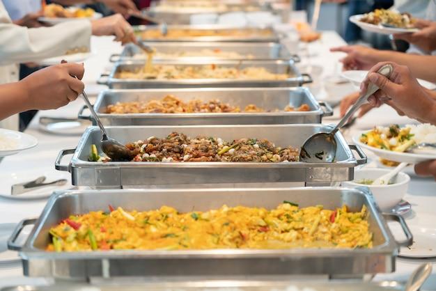 테이블에 음식 뷔페 케이터링