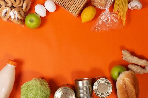 Еда, крупы, хлеб и консервы с копией пространства, интернет-рынок, концепция зеленой доставки на дом
