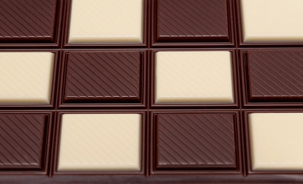 Пищевой сбор - плитка черный и белый шоколад, неглубокая глубина резкости.