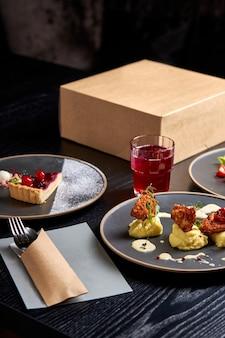 Пищевая композиция на столе в богатом ресторане эксклюзивная еда на тарелке, три разных блюда, приготовленные и поданные для клиентов