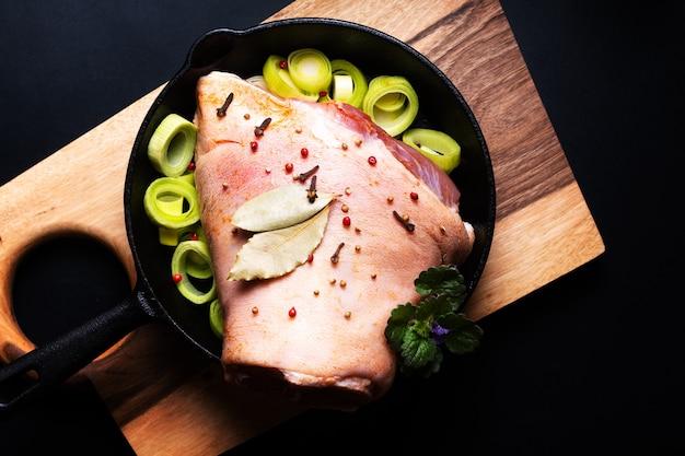 Продовольственная концепция фермы свежая органическая свиная рулька от свиной рульки на деревянной доске на черном фоне с копией пространства