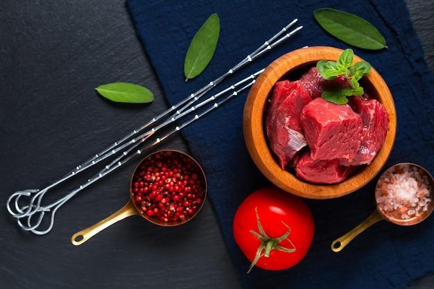 식품 개념 농부 유기농 원시 큐브는 복사 공간이 있는 나무 그릇에 쇠고기 고기를 잘라냅니다.