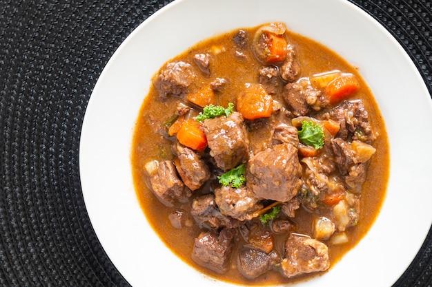 음식 개념 프랑스 클래식 쇠고기 복사 공간 흰색 세라믹 접시에 estouffade 드 boeuf 스튜