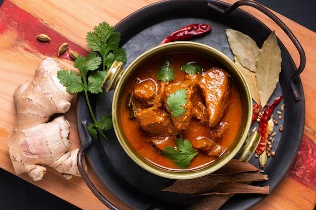 Food concept домашнее карри масала из говядины с ингредиентами специй масала с копией пространства