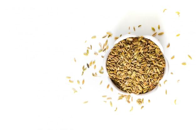 Food concept органические специи семена фенхеля на белом