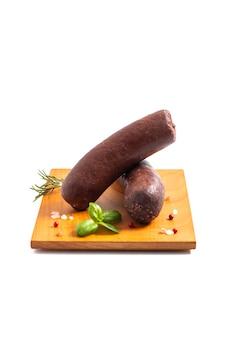 Концепция еды сырые колбасы из сырой крови на белом backgroud