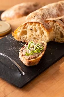 Food concept французская говядина rillettes на домашнем хрустящем ремесленном хлебе чиабатта