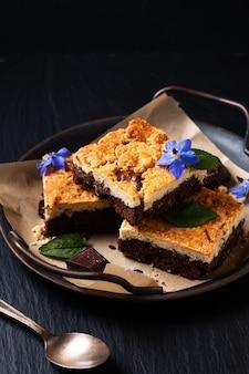 Концепция питания в деревенском стиле brookies или crownies сочетает печенье и пирожное на черном фоне с копией пространства