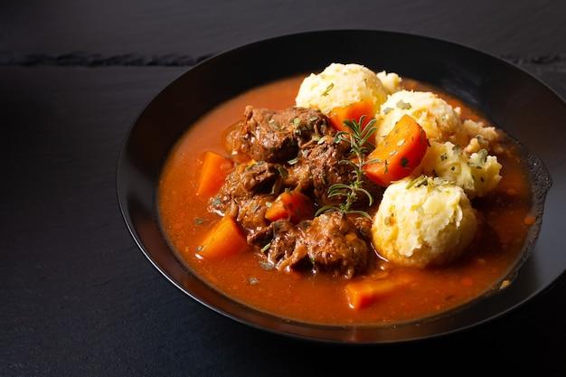 Концепция питания spot fosuc домашнее классическое тушеное мясо из говядины с картофельным пюре в черном блюде