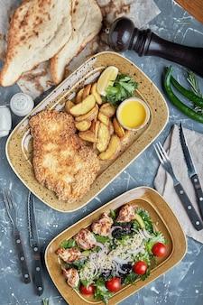 Концепция питания, стол с различными закусками, размещенными на нем