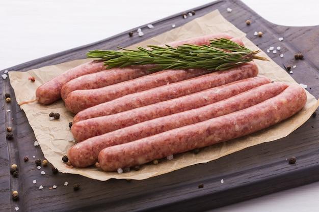 食品のコンセプト-伝統的な生の馬肉ソーセージ、上面図。