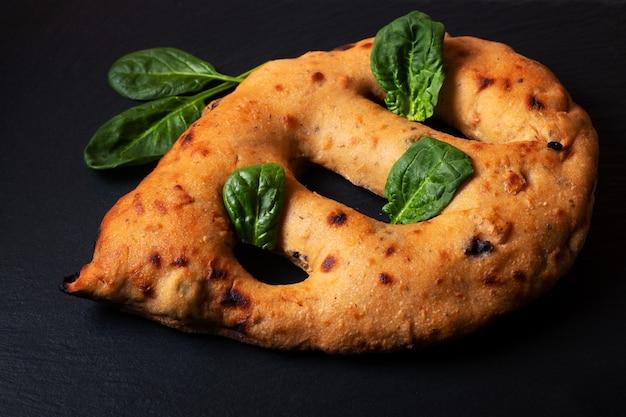 복사 공간 블랙 슬레이트 보드에 음식 개념 traditoin 프랑스 fougasse 장인 flatbread
