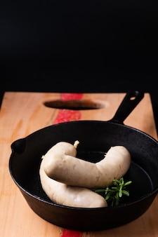 Концепция питания белые сосиски на черном фоне с копией пространства
