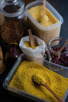 Концепция питания с ассортиментом продуктов для выживания в виде гречки, риса, бобов, пасты и семян