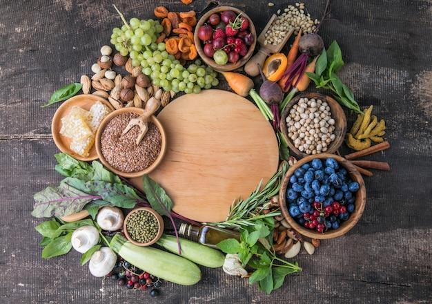 黒い石のテーブルの料理の背景新鮮な野菜ハーブ料理の材料