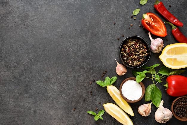 블랙 테이블에 음식 요리 배경입니다. 신선한 야채, 향신료, 허브. 요리 재료