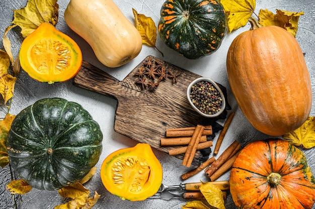 感謝祭や秋のカボチャの休日の料理の背景。白色の背景。上面図。