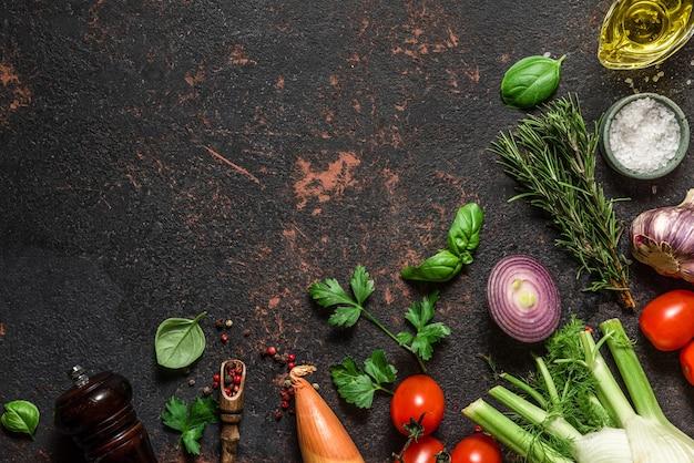 黒い石のテーブルの上の食品調理面