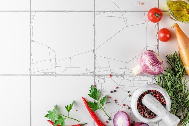 白いタイルのテーブルの上の食品調理面