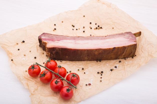 食べ物、料理、馬肉のコンセプト-おいしい馬肉とトマトのクローズアップ